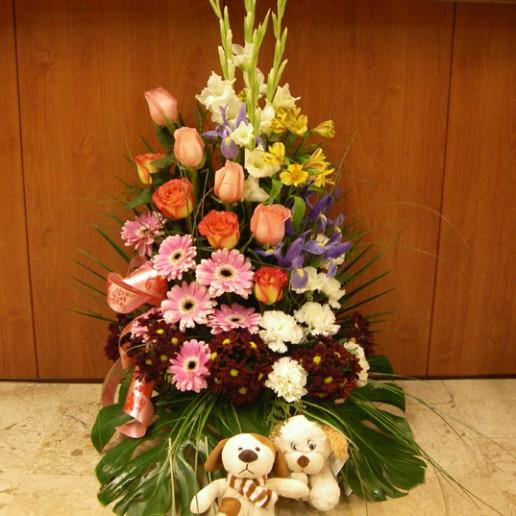 Centro de rosas, gerberas, margaritas, claveles