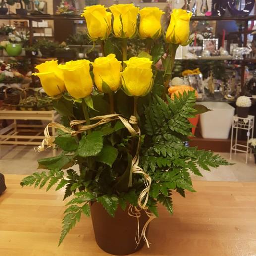 Centro 8 rosas amarillas y surtido de verdes