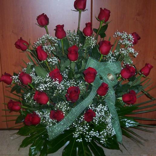 Centro en abanico con 24 rosas con paniculada y verdes