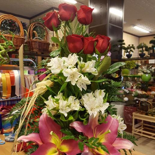 centro 6 rosas rojas, alstroemeria blanca y orientales rosa