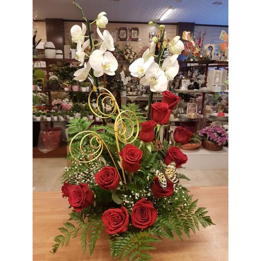 centro floral de rosas rojas y orquidea blanca