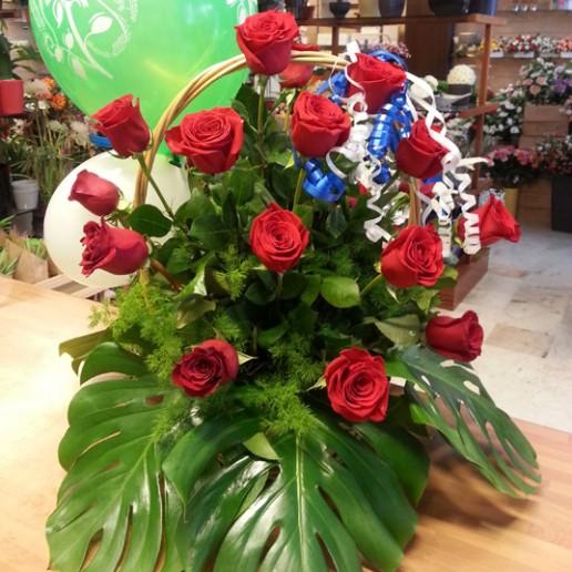Cesta de mimbre con 18 rosas rojas