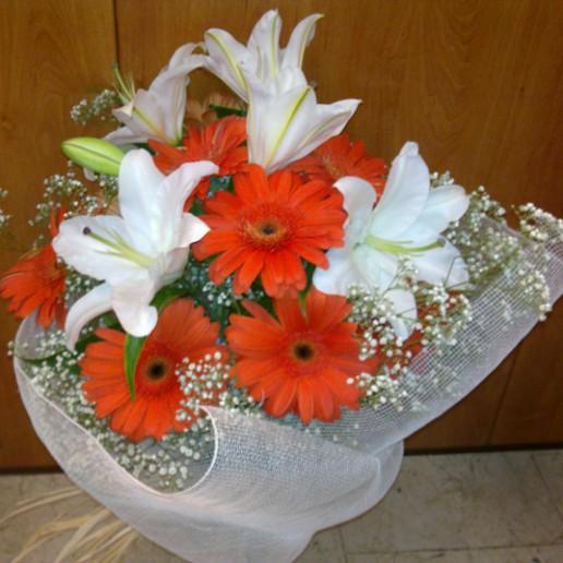 ramos de Gerberas naranjas con orientales blancos