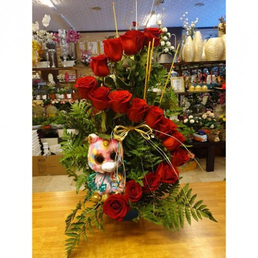 centro floral con rosas y peluche en Granada