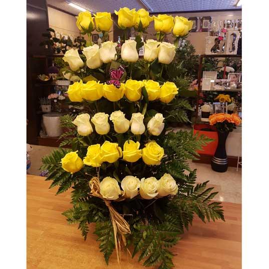 Centro floral 30 rosas amarillas y blancas